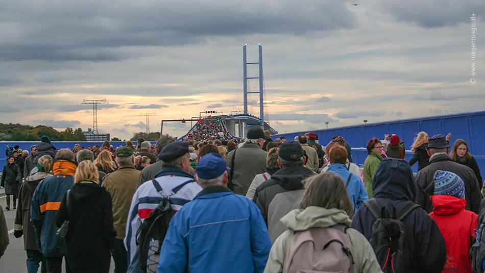 Menschen am 20.10.2007 – dem Einweihungstag der Rügenbrücke