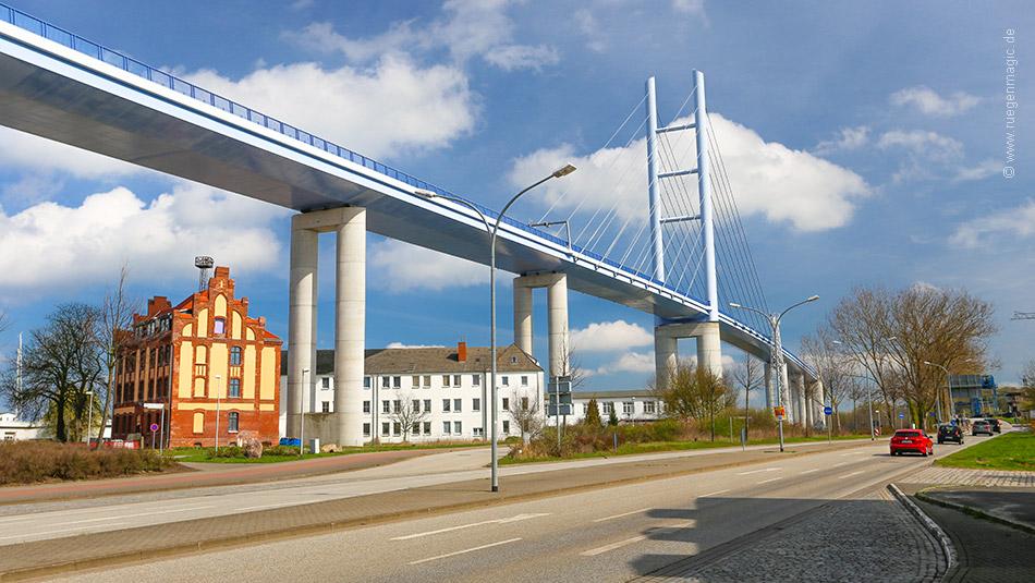 Rügenbrücke vom Bahnhof am Rügendamm gesehen