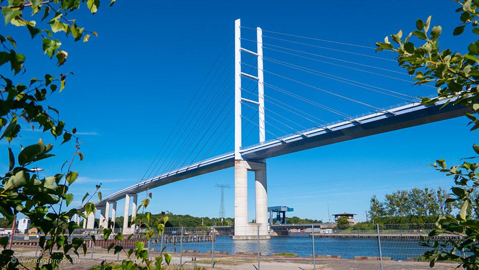Auf der Rügenbrücke überqueren Sie die Meerenge Strelasund