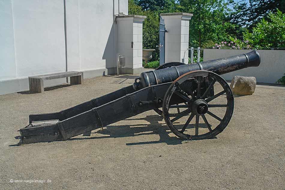 Kanone im Innenhof der Orangerie