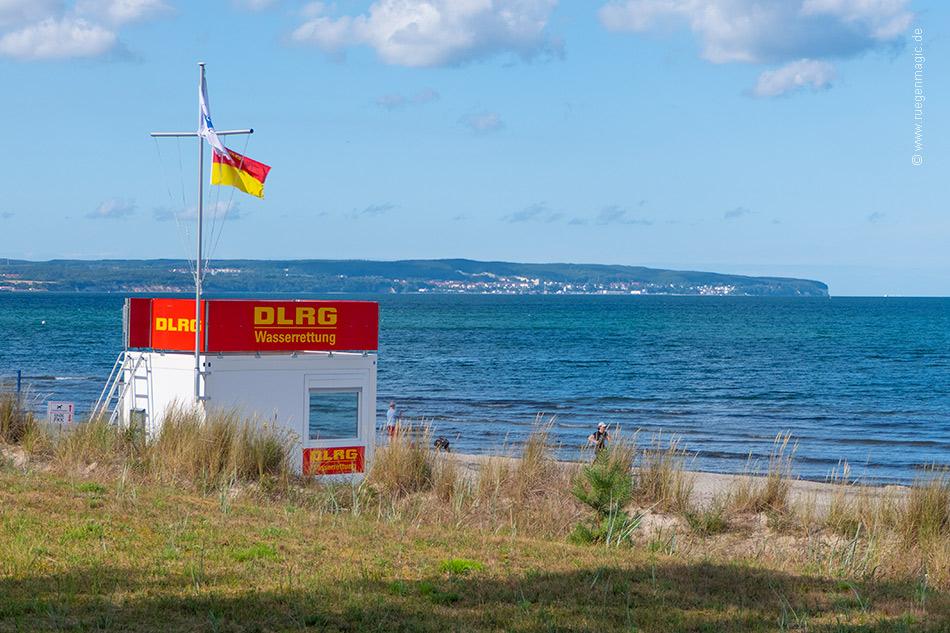 DLRG-Rettungsturm am Ostseestrand des Ostseebades Thiessow