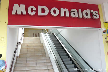 Fast-Food-Tempel mit Rolltreppe