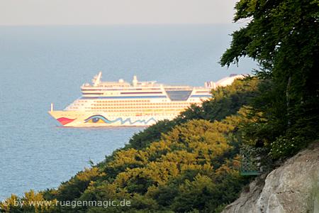 Kreuzfahrtschiff Abends vor der Kreideküste der Insel Rügen
