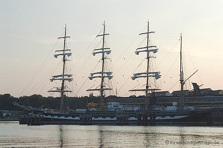 Die Krusenstern abends im Hafen Sassnitz auf der Insel Rügen