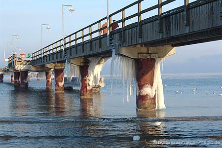 Vereiste Seebrücke im Ostseebad Göhren
