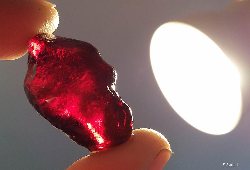 Ein ca. 3cm roter Bernstein
