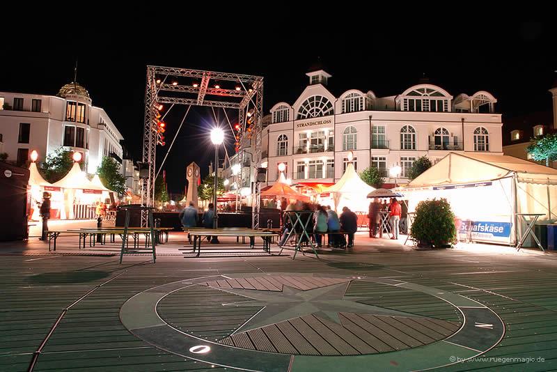 Platz vor der Seebrücke mit Artistenbühne im Ostseebad Binz