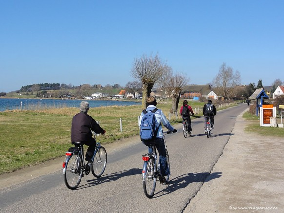 Radfahrer am 22.März 2012 in Alt Reddevitz auf der Insel Rügen