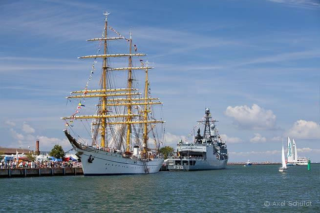 """Die """"Gorch Fock"""" und die Fregatte """"Karlsruhe"""" auf der Hanse Sail 2013."""