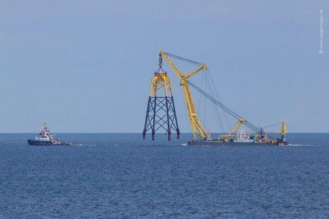 Transport eines Jacket per Schlepper zum Windpark Ostsee